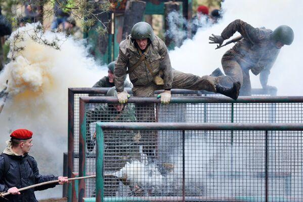 Белорусские спецназовцы во время квалификационного испытания на право ношения крапового берета в учебном центре внутренних войск Белоруссии под Минском