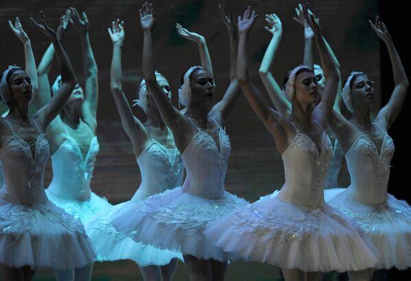 Участницы концерта Kremlin Gala Звезды балета XXI века на сцене Государственного Кремлевского дворца