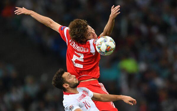 Хакан Чалханоглу (Турция) и Марио Фернандес (Россия) в матче Лиги наций УЕФА между сборными командами России и Турции