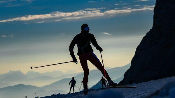 Спортсмены во время тренировки на глетчере Дахштайн в Австрии