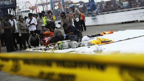 Спасатели изучают предметы с места крушения пассажирского самолета Boeing 737 авиакомпании Lion Air