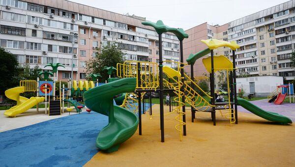 Детская игровая площадка по улице Салтыковская, дом 7, корпус 1 и 2 района Новокосино в Москве.