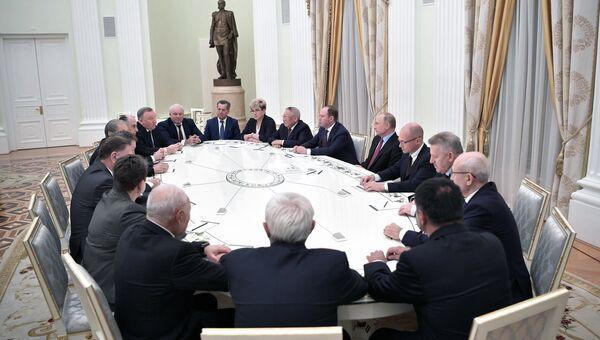Президент РФ Владимир Путин во время встречи с ушедшими в отставку руководителями ряда субъектов Российской Федерации. 30 октября 2018
