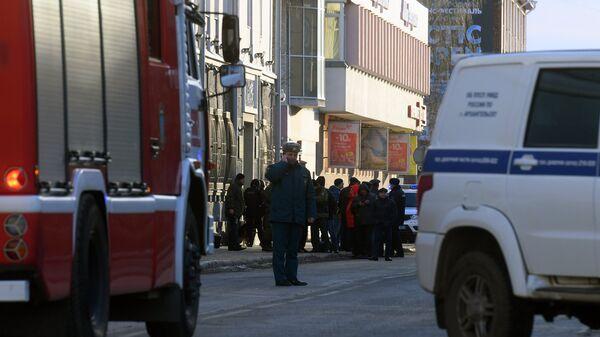 Сотрудники полиции и МЧС РФ у входа в здание управления ФСБ по Архангельской области, где произошел взрыв. 31 октября 2018