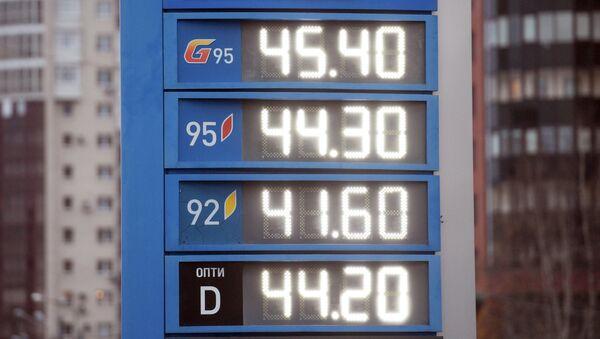Электронное табло с ценами на дизельное топливо и бензин на одной из автозаправок в Санкт-Петербурге. 31 октября 2018