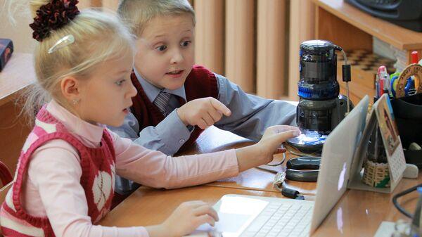 Ученики в классе во время занятий. Архивное фото
