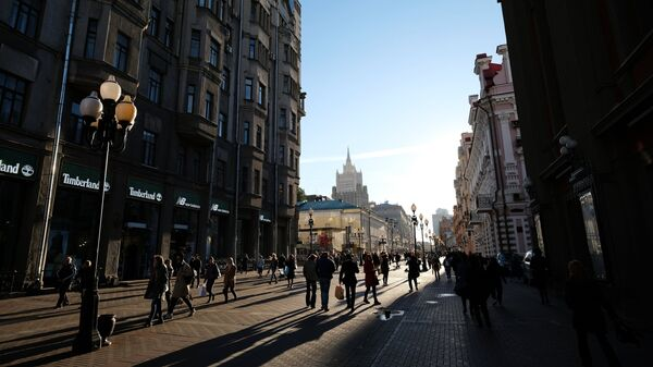 Прохожие на Старом Арбате в Москве