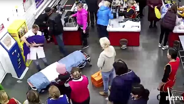 Стоп-кадр записи камеры видеонаблюдения супермаркета в Омской области, в котором женщина родила ребенка