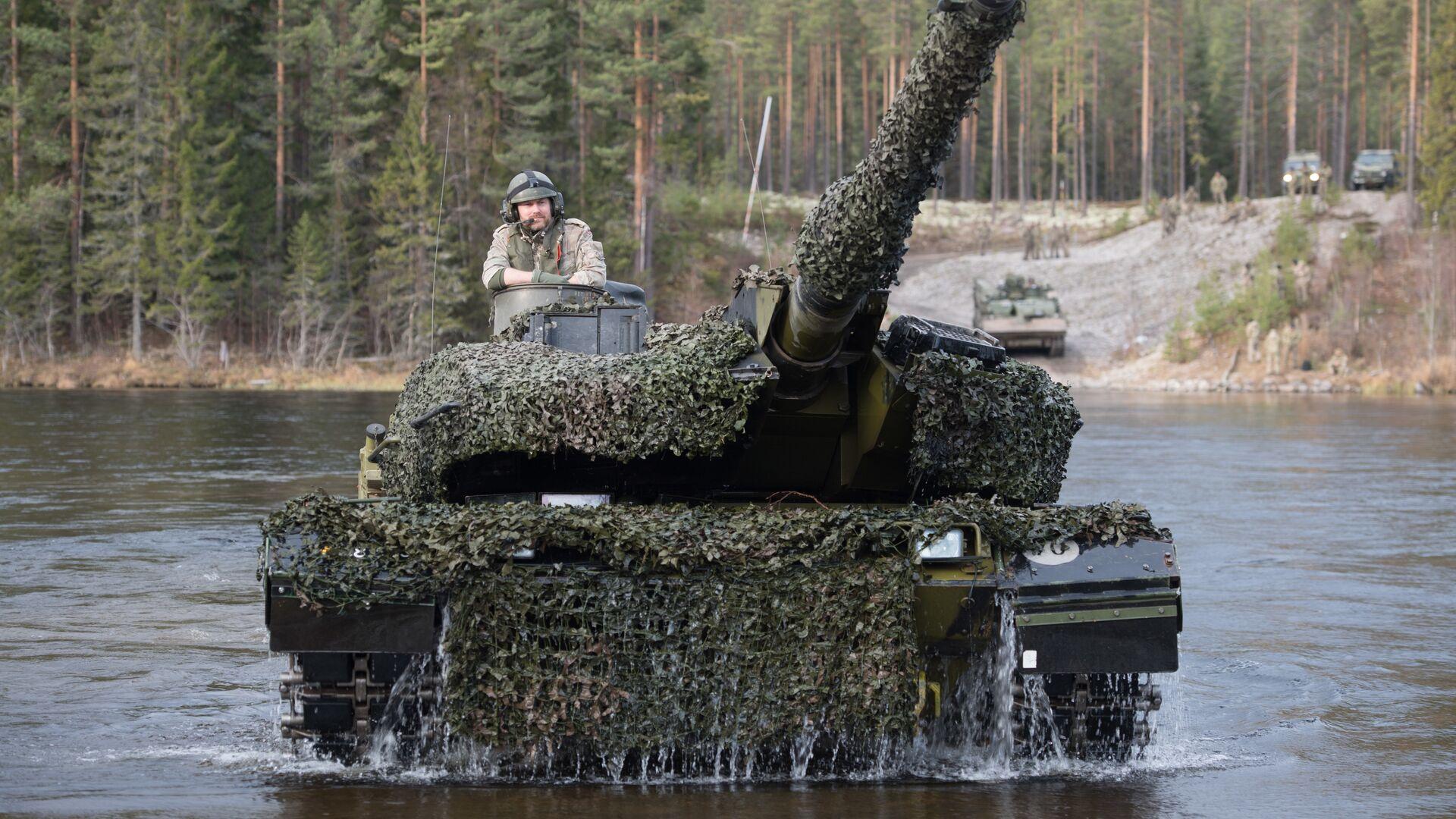 Датский танк Leopard 2 форсирует реку во время совместных учений войск НАТО Trident Juncture 2018 (Единый трезубец) в Норвегии - РИА Новости, 1920, 15.06.2020