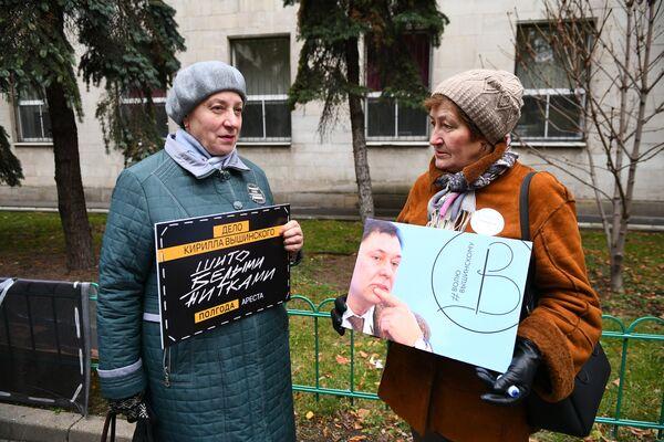 Женщины на акции солидарности с руководителем портала РИА Новости – Украина Кириллом Вышинским,  задержанным в мае 2018 года в Киеве, у посольства Украины в Москве