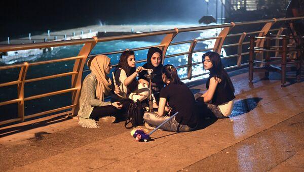 Девушки у кальяна на приморской набережной Корниш в Бейруте