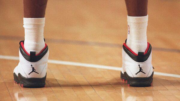 Американский баскетболист Майкл Джордан в фирменных кроссовках. Архивное фото