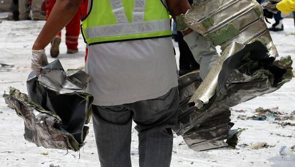 Спасатели грузят обнаруженные обломки самолета Lion Air JT610 в грузовик в порту Танджунг Приок в Джакарте, Индонезия. 2 ноября 2018