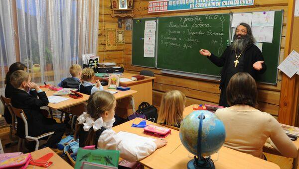 Ученики на уроке по Закону Божию в Троицкой Православной школе в Московской области. Архивное фото