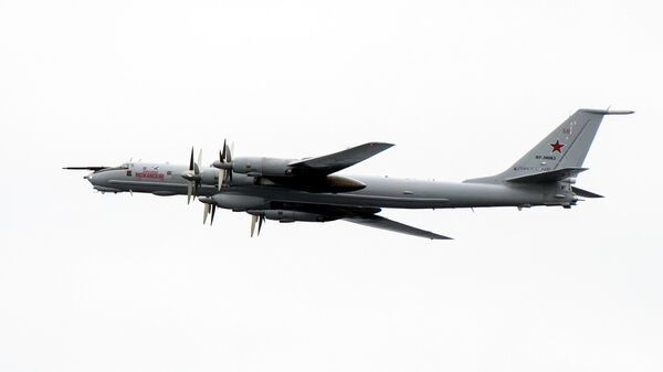 Противолодочный турбовинтовой самолет ВВС России Ту-142 Александр Можайский во время пролета над кораблями НАТО в Норвежском море. 2 ноября 2018