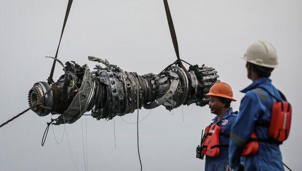 Спасатели поднимают двигатель разбившегося самолета Lion Air JT610. 3 ноября 2018