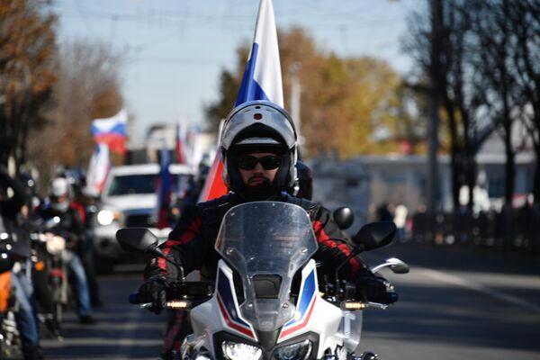 Мотоциклист на праздновании Дня народного единства в Симферополе