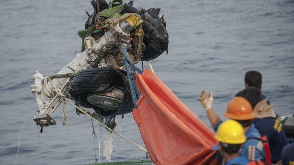 Спасатели поднимают часть посадочной шестерни разбившегося самолета Lion Air JT610. 4 ноября 2018