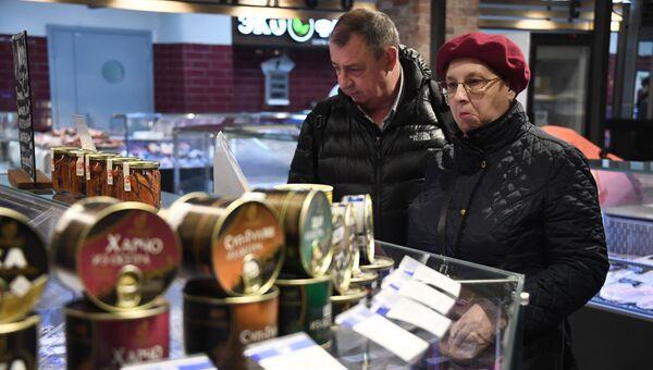 Посетители у прилавка торгового ряда Братиславского рынка. Архивное фото