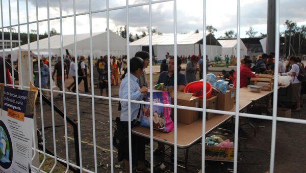 Огромные палатки, установленные мексиканскими властями для мигрантов из Гондураса в лагере на территории спортивного компекса Магдалена-Мишука