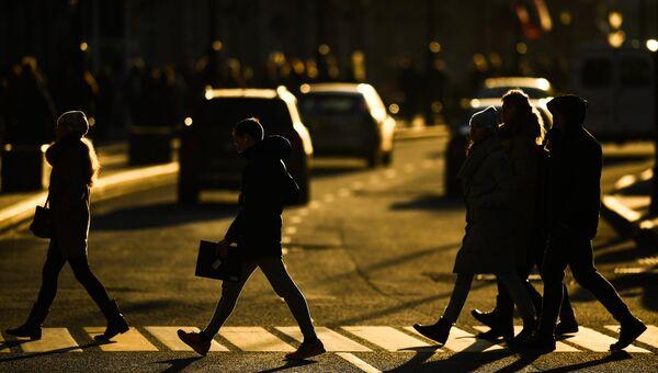 Прохожие на пешеходном переходе. Архивное фото