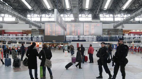 Полицейские в аэропорту в Праге