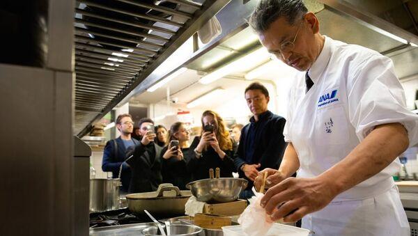 Японский шеф-повар Шуджи Ниитоме, который славится своим мастерством в приготовлении тэмпуры