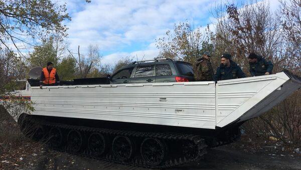 Спасатели Ростовской области во время эвакуации транспортных средств с Зеленого острова. Архивное фото
