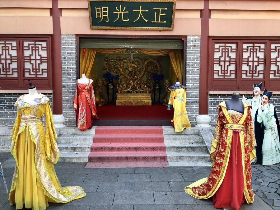 Пункт проката национальных костюмов в центре киноматографии «Цинминшанхэту», Хэньдян, Чжэцзян, Китай