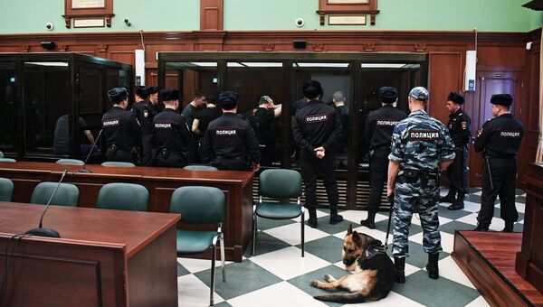 Участники преступной группировки, организатором которой является Захарий Калашов (Шакро Молодой), обвиняемый в вымогательстве в особо крупном размере . Архивное фото