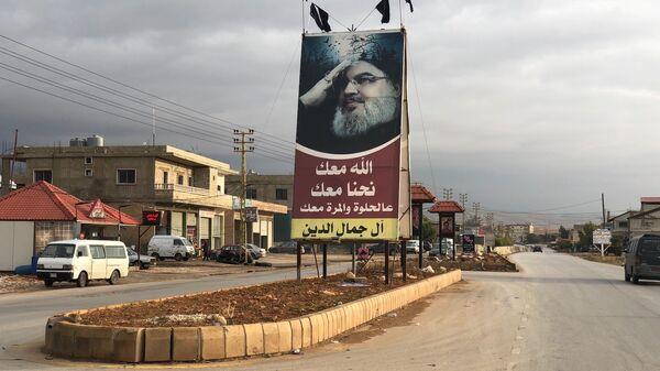 Портрет генерального секретаря движения Хезболлах Хасана Насрулла на центральной улице одной из деревень в долине Бекаа в Ливане