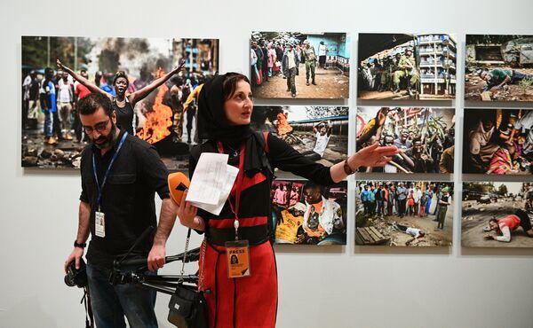 Журналисты на открытии выставки победителей IV международного конкурса фотожурналистики имени Андрея Стенина в Москве