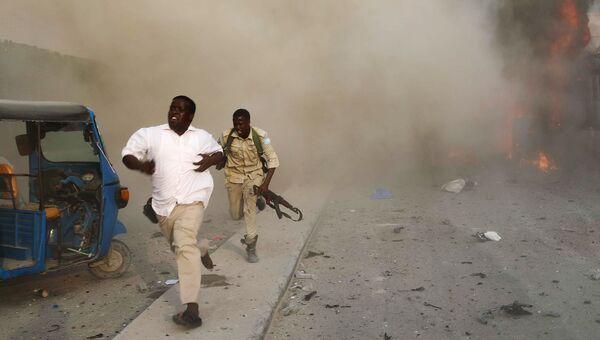 Сотрудники службы безопасности Сомали на месте взрыв в Могадишо. 9 ноября 2018