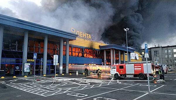 Сотрудники МЧС на месте пожара в гипермаркете Лента в Санкт-Петербурге. 10 ноября 2018