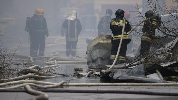 Сотрудники противопожарной службы МЧС РФ во время тушения пожара в Санкт-Петербурге