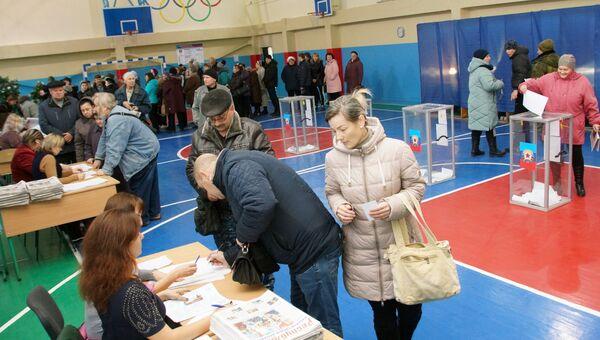 На одном из избирательных участков в Луганске в день голосования на выборах главы и депутатов Народного совета ЛНР. 11 ноября 2018