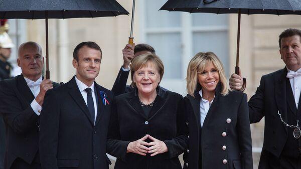 Президент Франции Эммануэль Макрон, канцлер ФРГ Ангела Меркель и супруга президента Франции Бриджит Макрон у Елисейского дворца перед началом мероприятий, посвященных 100-летию окончания Первой мировой войны.