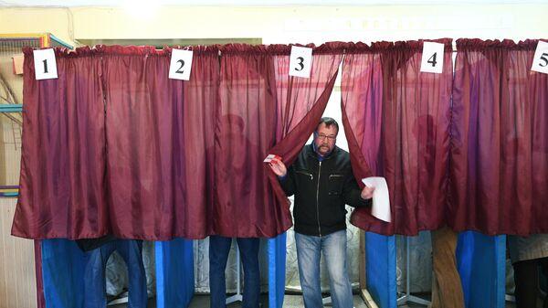 Избиратели голосуют на выборах главы и депутатов Народного совета ДНР