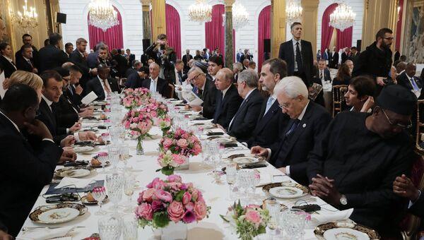 Президент РФ Владимир Путин и другие главы государств и правительств во время рабочего завтрака от имени президента Франции Эммануэля Макрона. 11 ноября 2018