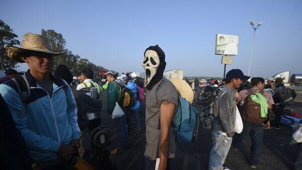 Мигранты из бедных центрально американских стран, направляющиеся в США, на шоссе, едущем в город Ирапуато, Мексика. 11 ноября 2018