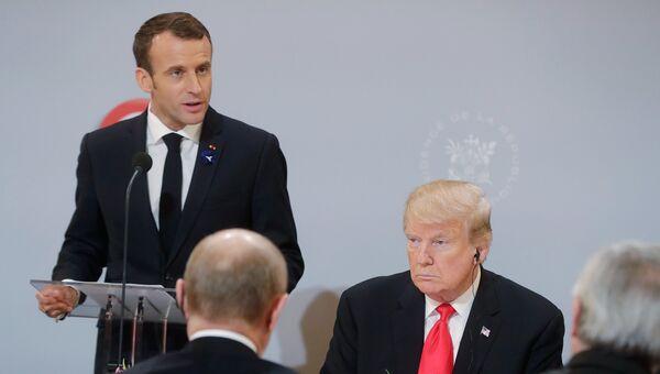 Президент Франции Эммануэль Макрон выступает на рабочем завтраке перед главами государств и правительств, приглашенных на мероприятия по случаю 100-летия окончания Первой мировой войны