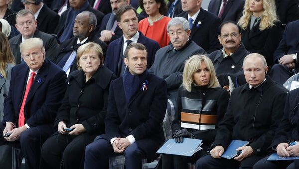 Президент РФ Владимир Путин на мемориальной церемонии у Триумфальной арки в Париже. Архивное фото
