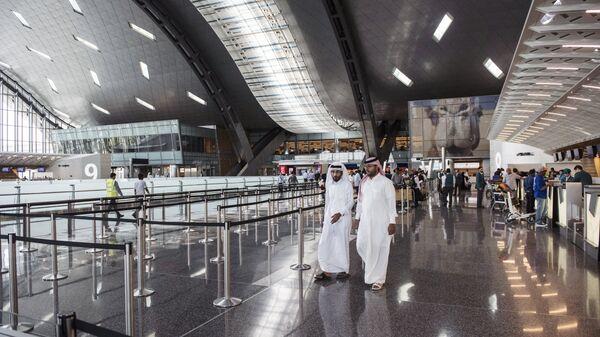 Пассажиры в Международном аэропорту Хамад в Дохе