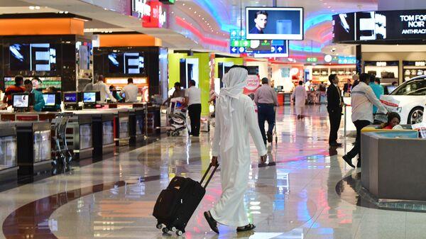Пассажиры в международном аэропорту Дубая