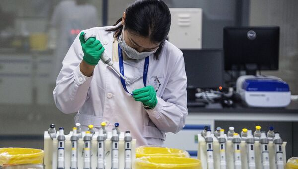 Сотрудница лаборатории центра ДНК-секвенированию
