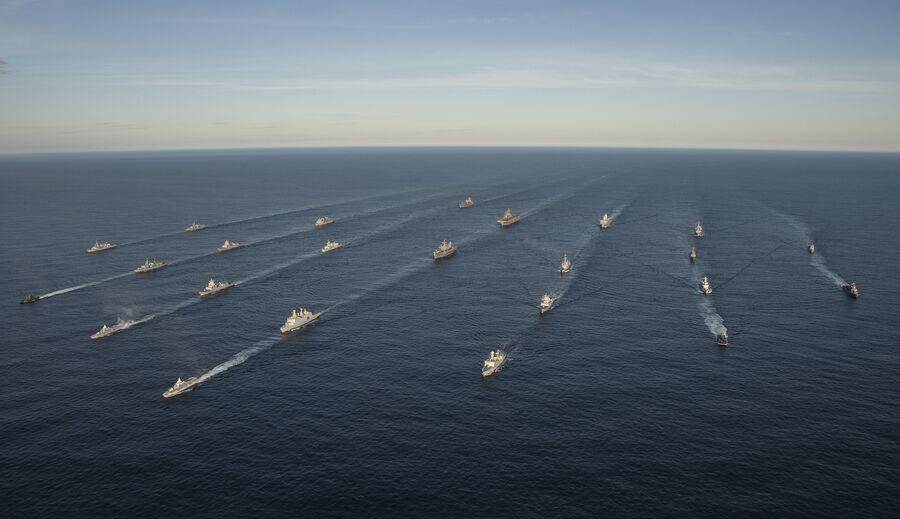 Двадцать четыре корабля из 14 стран принимают участие в совместных учениях войск НАТО Trident Juncture 2018 (Единый трезубец) в Норвежском море. 7 ноября 2018