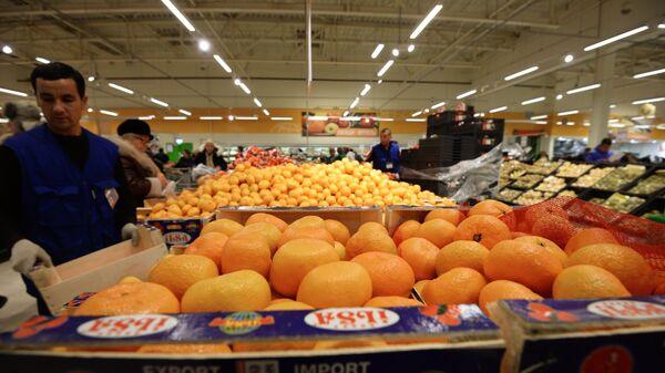 Отдел фруктов в супермаркете. Архивное фото