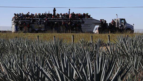 Мигранты из центральноамериканских стран, направляющиеся в составе каравана к границе США. Архивное фото