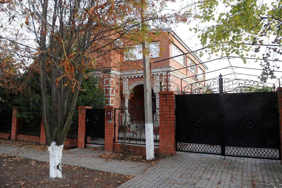 Частный дом, в котором 5 ноября 2010 года было совершено массовое убийство, в станице Кущевская Краснодарского края