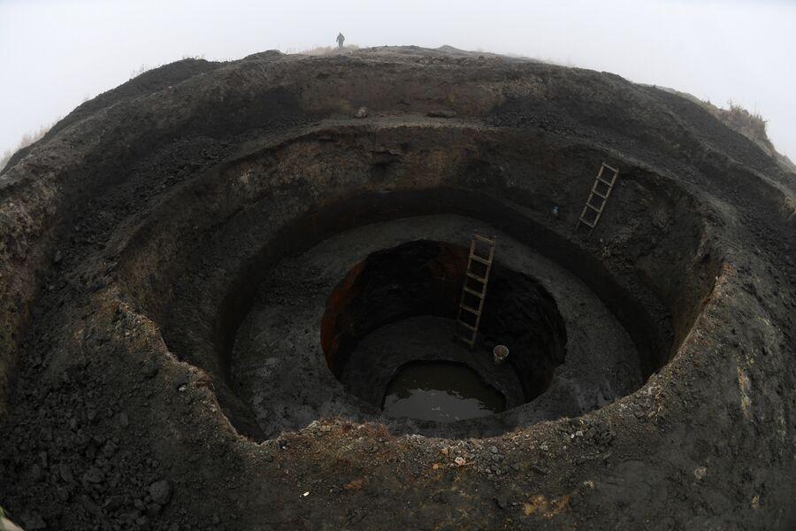 Ступенчатая яма, вырытая для нелегальной добычи янтаря.